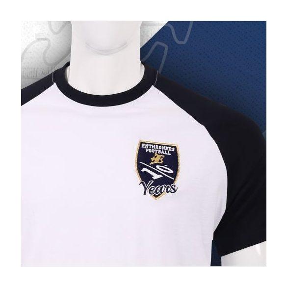 Fehér 10. évfordulós férfi póló hímzett logóval